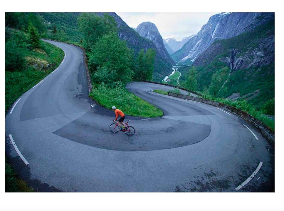 KJEMPERS FØDELAND: Bli med på en reise til klatringer som dette, i boken «Bakker og berg».