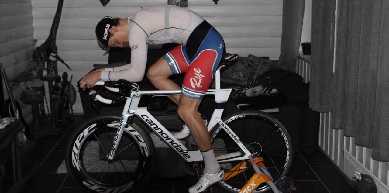 TEMPOHEST: Dan Erik Hansen bruker temposykkelen på rulla for å bli en best mulig temporytter. Foto: Privat.