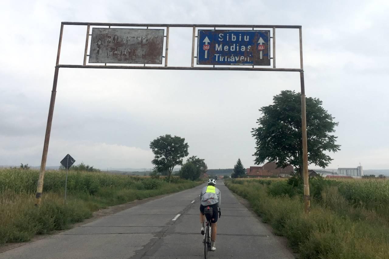 ROMANIA: Veistandarden og merkingen varierte. Eivind Tandrevold på vei til sjekkpunktet på Transafgarasan. Foto Anders Rommen Syvertsen
