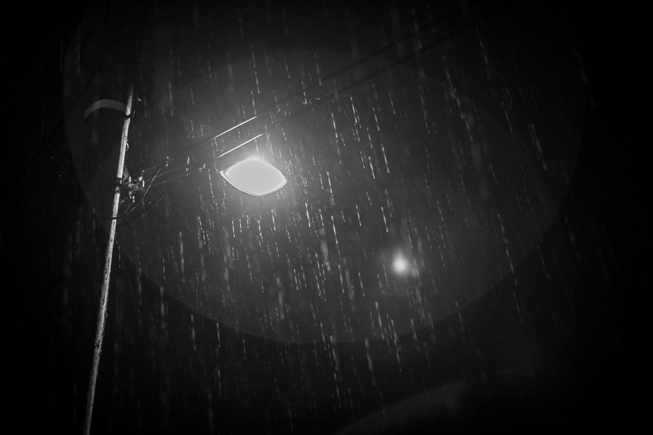 MØKKAVÆR: Det regnet tett klokken 24.00, men regnet ga seg etter et par timer.