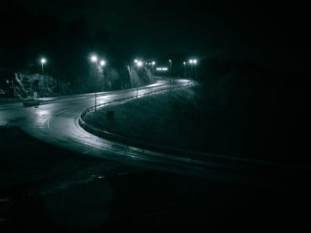 SISTE LYS: På vei ned fra Sollihøgda stuper veien ned mot Skar. Da forsvinner også lyset på et par timer.