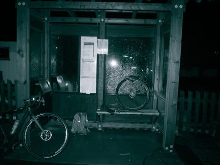 TEKNISK: To punkteringer og hull i dekket før Sollihøgda. Smell.
