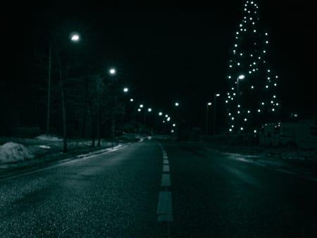 GOD JUL #2: Et stort juletre er bokstavelig talt et lyspunkt i natten. Vøyenenga ca 00.45.