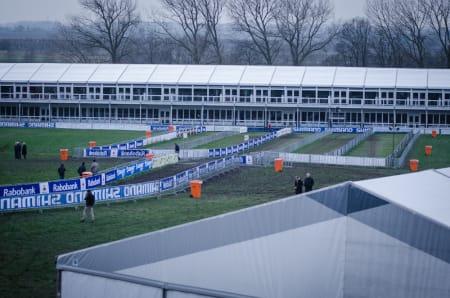 SIKKSAKK: Foran VIP-tribunen passerer rytterne mange ganger per runde.