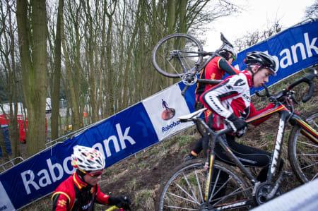 BRATT: Kun enkeltryttere klarte å sykle opp den bratte «løpebakken». Med sedvanlig kork vil flertalle bære sykkelen.