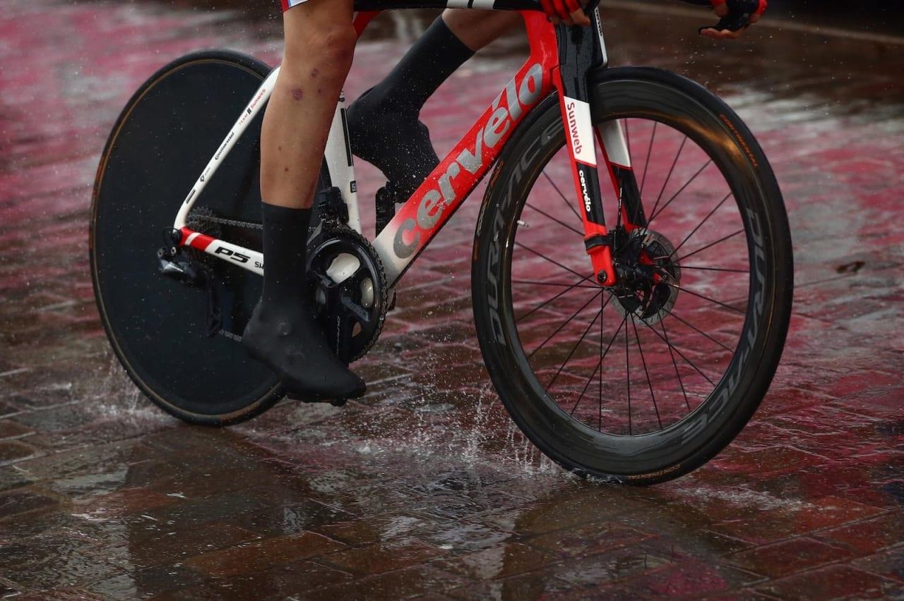 VÅTT: Store nedbørsmengder og mye vann i veibanen skapte drama under U23-guttas VM-tempo i Yorkshire i dag. Foto: Cor Vos