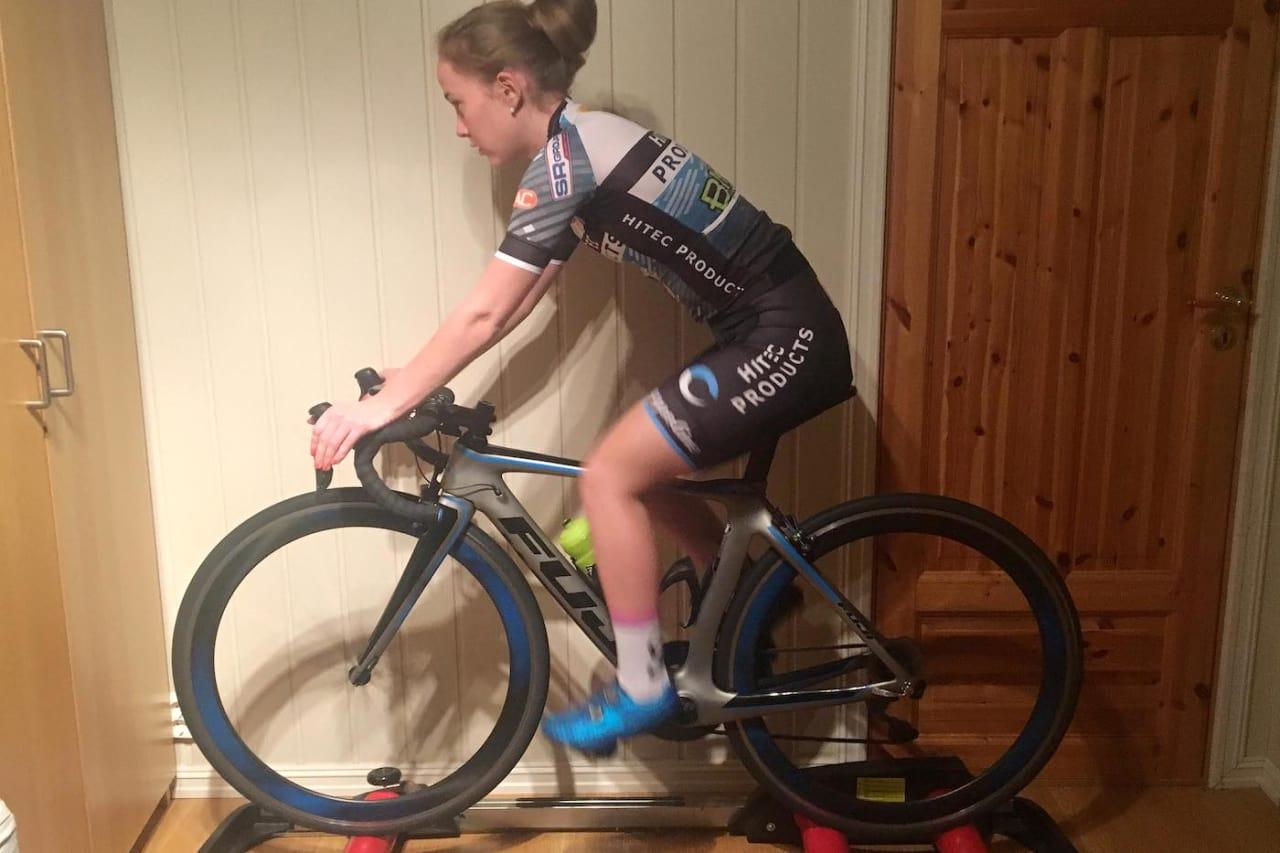 Ingvild Gåskjenn sverger til balanserulle når hun sykler innendørs.