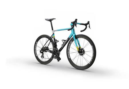 NYE SYKLER: Astana-laget skal i 2020 syklet på dette tradisjonsrike italienske sykkelmerket.