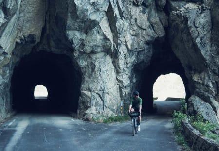 DOBBEL: Gamlevegen forbi Eidfjordvatnet byr på voldsomme fjell og gammel, norsk tunnelkunst.