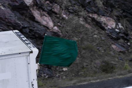 FARLIG FLAGG: «Feiebilen» markert med grønt flagg. Havner du så langt bak feltet at denne bilen tar deg igjen, er du ute av rittet.