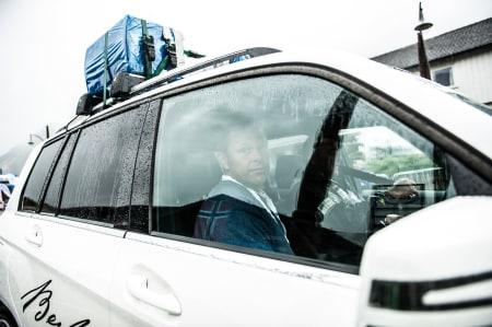 HVA SKAL MAN SI? Speakerbilen med Atle Pedersen måtte pakke inn høytallerne i plast. Det gav en noe spesiell akustikk for de som hørte på.