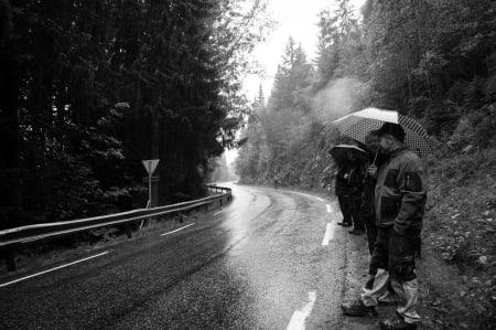 FOLKSOMT: Tross ekstremt dårlig vær, det sto folk og heiet langs hele løypen.