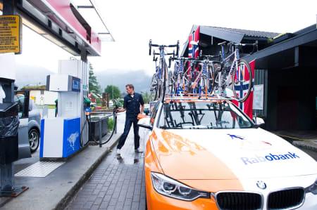 PÅFYLL: Også bilene må ha påfyll. Rabobank Development Team fyller tanken før start.