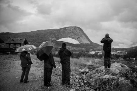 TILSKUERE: I hytteområdet ved Suleskar ventet hytteboerne i spenning på rytterne i historiens første Tour des Fjords.