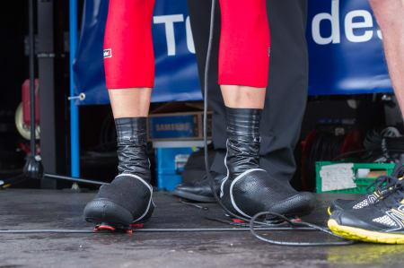 VANNTETT: Rett fra sykdom, Alexander Kristoff brukte store neoprentrekk og mange runder med elektrikertape for å holde bena så tørre som mulig.