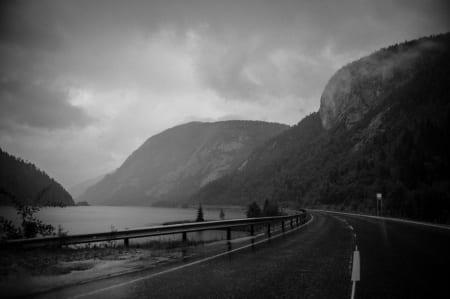 SJØEN: Langs kysten ventet et mektig fjordlandskap.