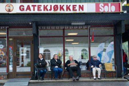 KAFFEKOS: Næringslivet i Valle tok seg en pause mens de fikk med seg starten.
