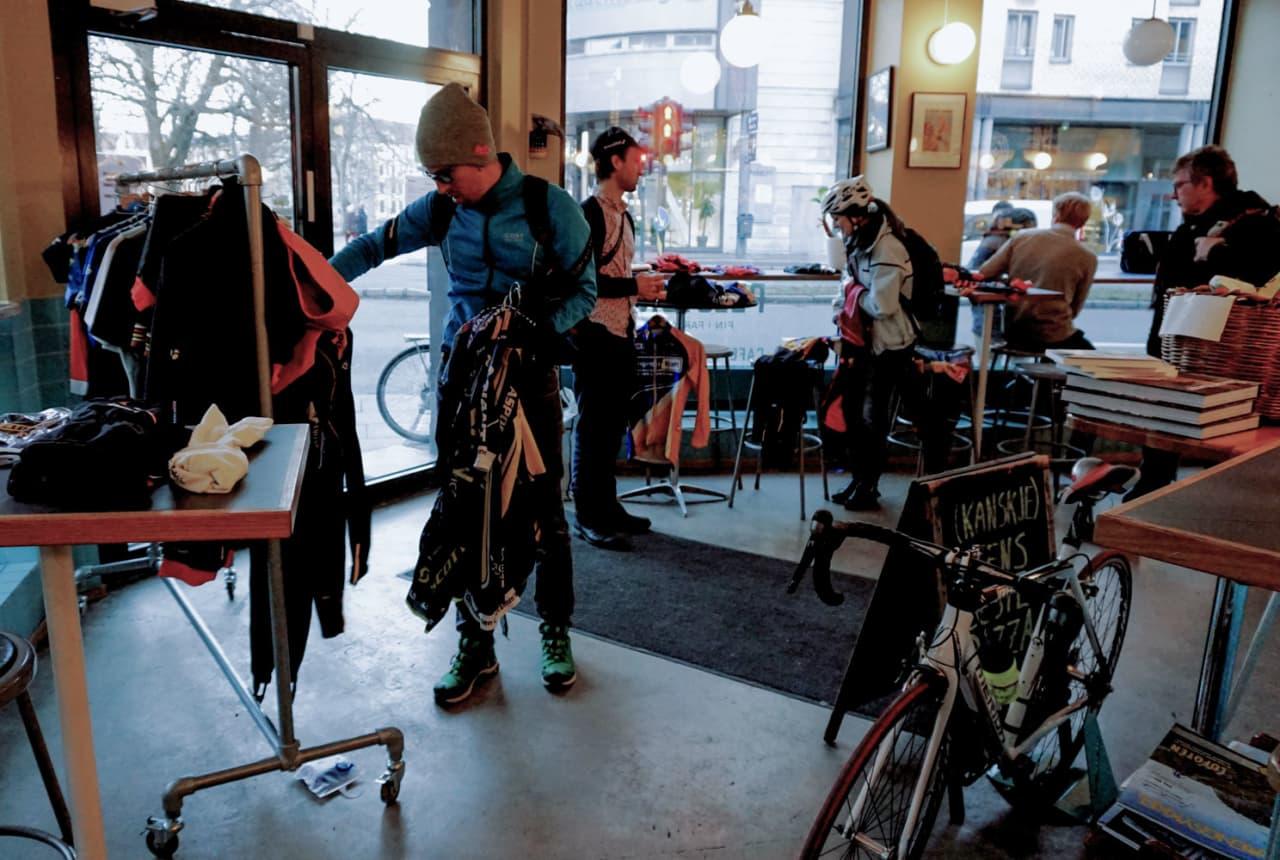 GRØNN FREDAG: Mange var opptatt med Black Friday, Green Cycling Norway holdt i stedet loppemarked med sykkeltøy. Foto: Jonas Orset.