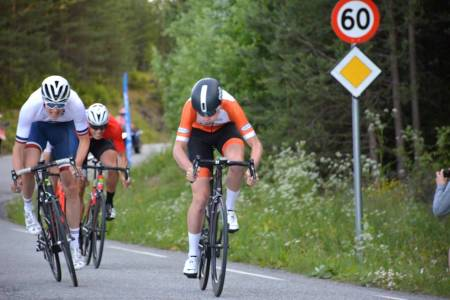 KNEPENT: Sindre Haugsvær (itl høyre) vant sprinten knepent foran Jakob Hanserud. Foto: Rojan Rundfahrt