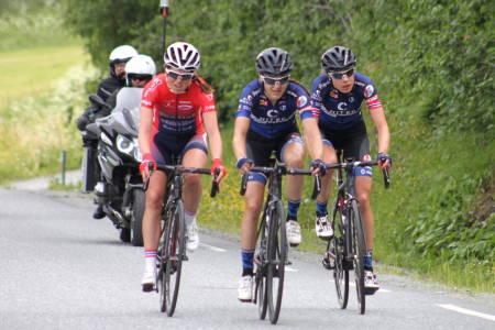 NM-GULL: Vita Heine (til høyre) vant spurtoppgjøret i kvinnenes fellesstart foran Katrine Aalerud og Ingrid Lorvik (til venstre). Foto: Cato Karbøl/NCF