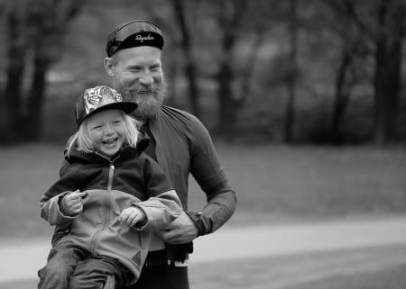 TIDLIG KRØKES: Initiativtager Jonas Strømberg med neste generasjon posør. Foto: Pål Laukli