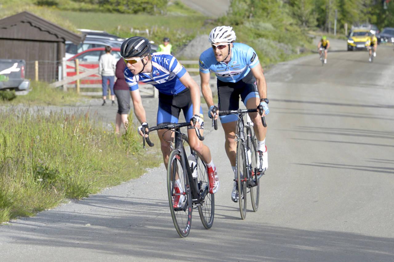 BRATT: Jonas Ellingsen (til venstre) og Oddbjørn Klomset Andersen gjør opp om fjerde etappe opp Storefjell i Tour de Hallingdal 2015. Foto: Børge Jensen