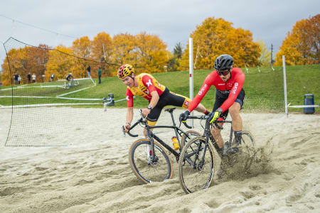 SKETCHY: Sandgraven var en av mange klassiske krosshindere på Superpokal Voldsløkka. Her er det Erik Nordsæter Resell og Kristoffer Ylven Westgaard som prøver å holde seg på hjulene. Foto: Pål Westgaard