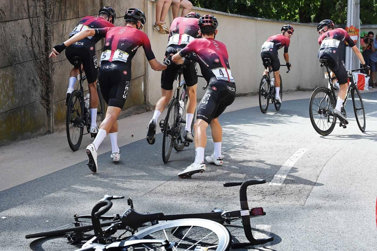 Kræsj: Wout Poels landet oppå sin egen ramme under Tour de France. Kortvarig kaos i feltet. Foto: Cor Vos.