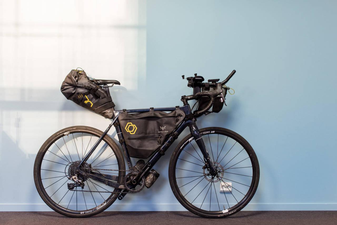 Nedkjørt: Sammenlignet med en proffsykkel, er en sykkel brukt i Transcontinental så innsauset i elendighet som det er mulig å få den. Eller sjel, som jeg opplever det i dette tilfellet. Foto: Henrik Alpers.