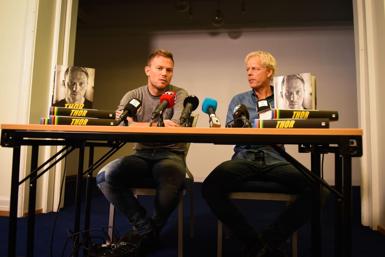 TYKK SAK: Boken altså. Thor Hushovd og Jostein Ravnåsen presenterte sin nye bok, med over 500 sider om syklisten.