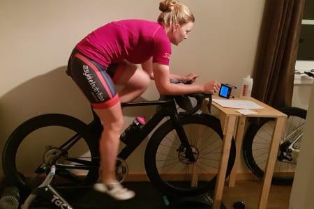 LAVTEKNO: Michelle Engebretsen trenger lite annet enn oppgavene foran seg når hun trener intervaller på rulla.