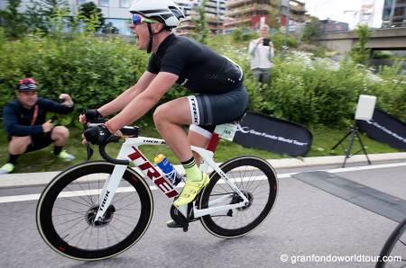 JUBELBRØL: Jonas Orset vant igjen fellesstarten i Styrkeprøven, og fikk revansje for fjorårets nederlag. Foto: Grand Fondo World Tour
