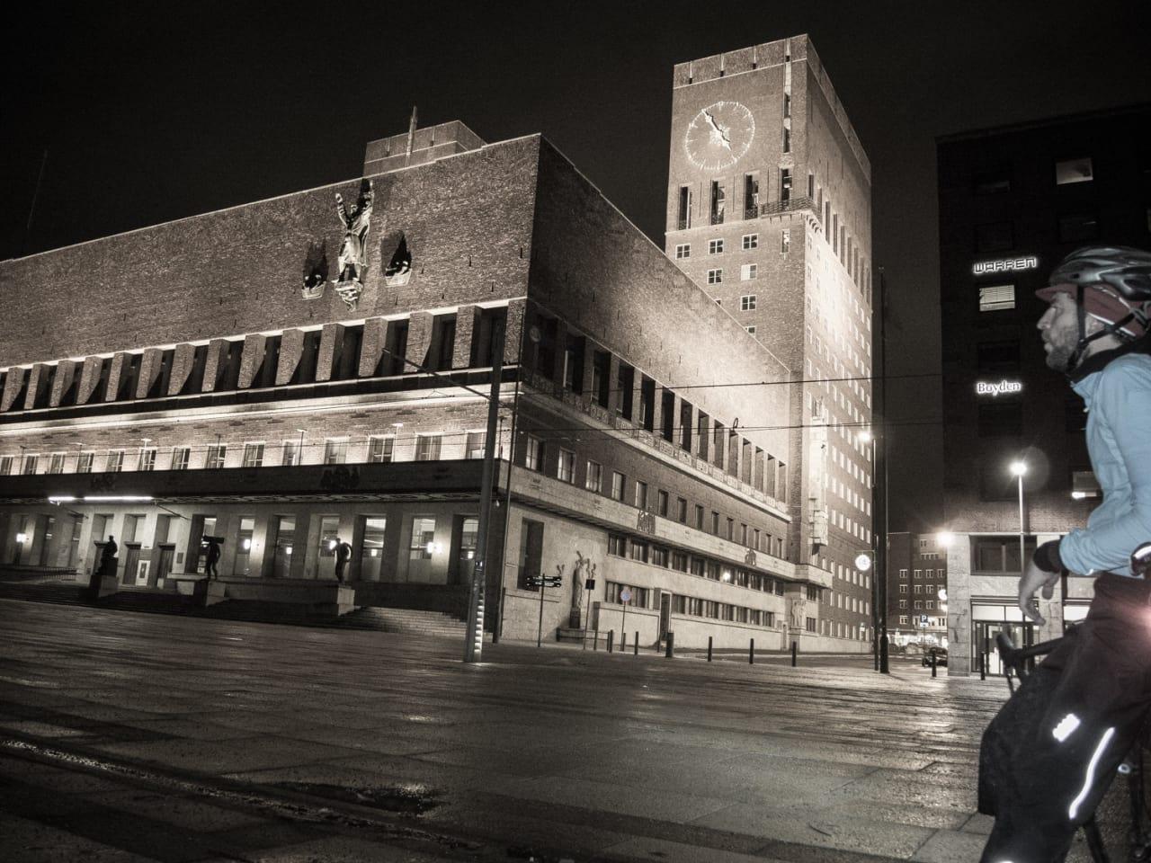 STILLE: Oslo begynner på mange måter å ligne en internasjonal storby, men foran rådhuset var det stille sist natt.