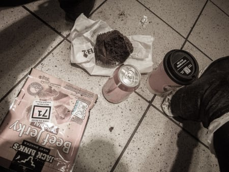 NATTMAT: Beef Jerky, Cola, muffins og kaffe. På gulvet. Klassisk.