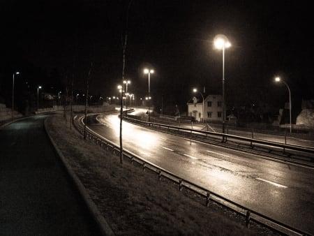 RIKSVEI 4: Populær utfartsåre fra Oslo sentrum for mange syklister. I natt, helt stille.