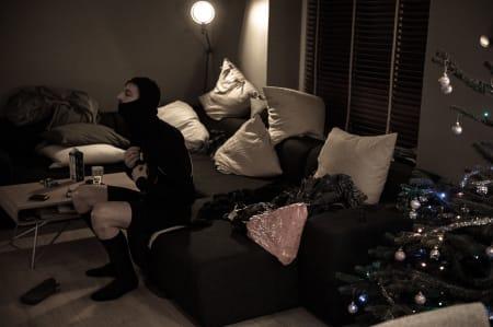 SPØKELSESKLADDEN: Påkledning før avreise. Sofaen har forøvrig vært mitt andre hjem denne julen.