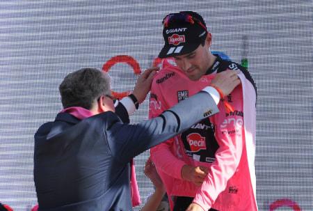 TILBAKE I ROSA: Tom Dumoulin lånte bare bort maglia rosa til Marcel Kittel i én dag. Foto: Cor Vos.