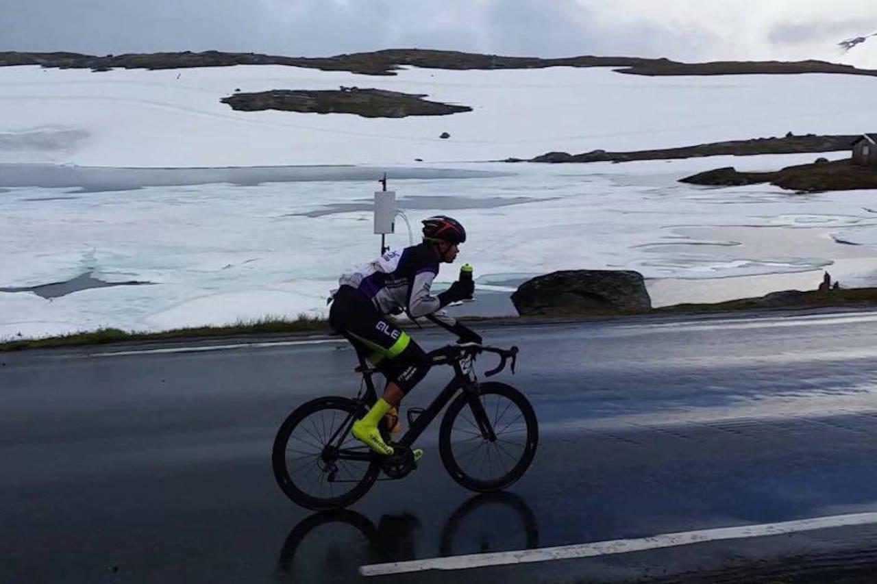 HUSTRIG: Det var både fuktig og småkjølig over fjellet, men de 430 kilometerne gikk likevel overraskende greit, sier Jon Andreas Klokkehaug, som vant Jotunheimen Rundt med knusende margin. Foto: Privat