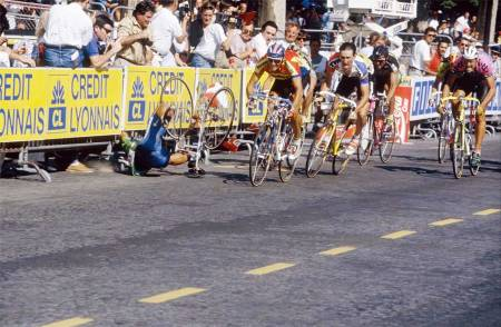 Rett ned: Abduzjaparov går i bakken i på Champs Élysées, 1991. Bilde: Cor Vos