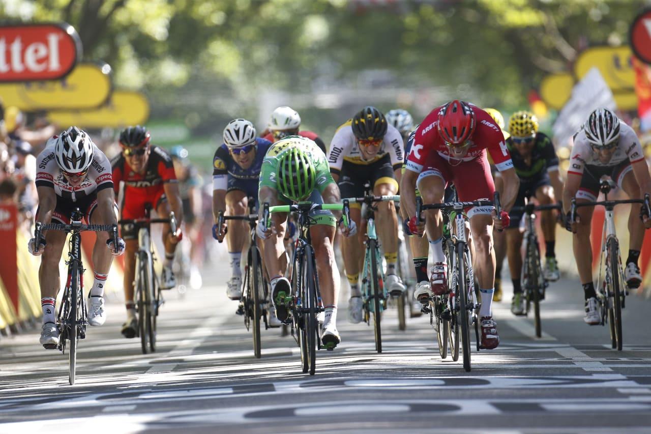 TETT DUELL: Peter Sagan kaster frem sykkelen og passerer Alexander Kristoff på målstreken. Foto: Cor Vos.