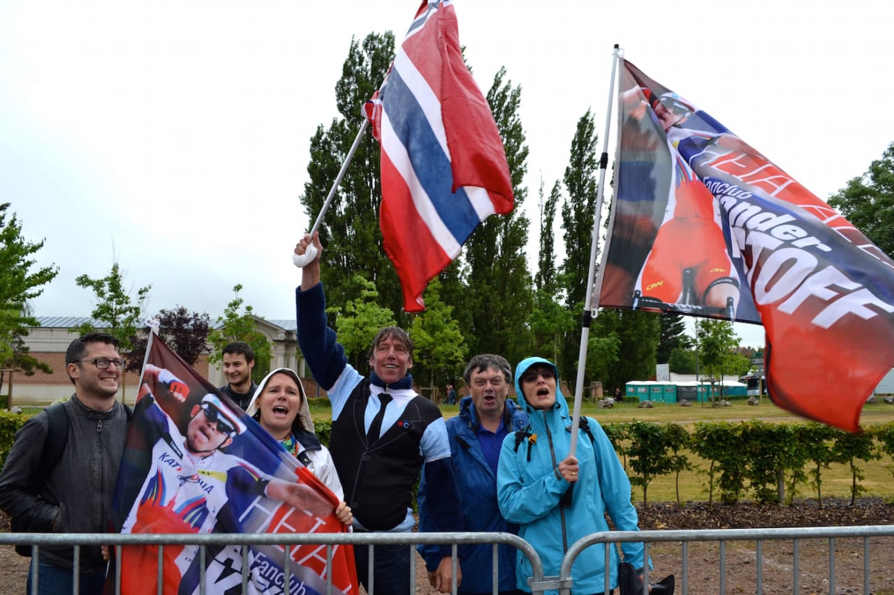EUFORISK: Den belgiske fanklubben til Alexander Kristoff tar supporterjobben seriøs. Foto: Marcus Liebold.