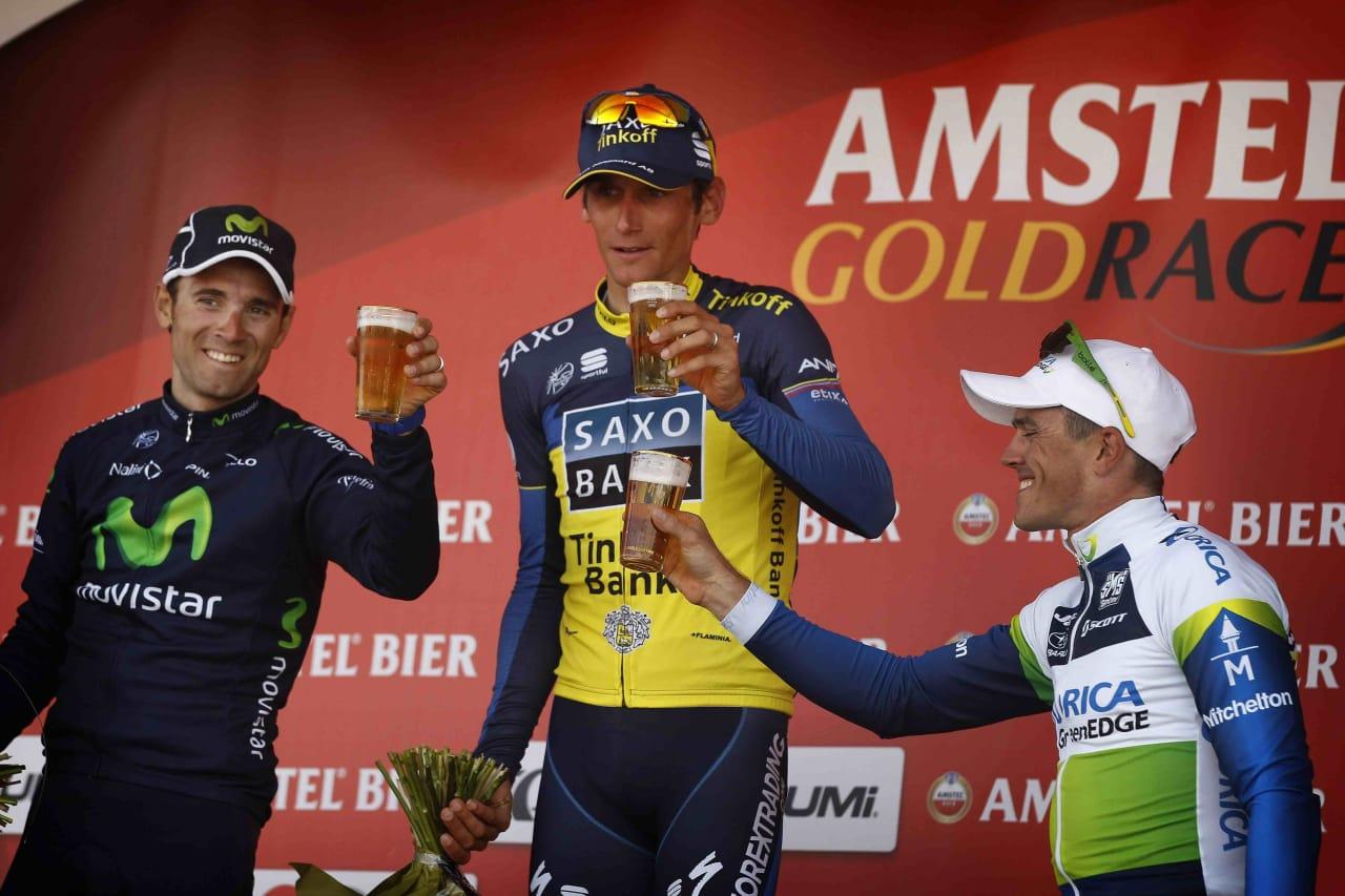SMAKER HYSE: Podiet i Amstel Gold Race tar seg en Amstel. Verken de eller du har lyst, det handler om et sponsorat. Foto: Cor Vos.