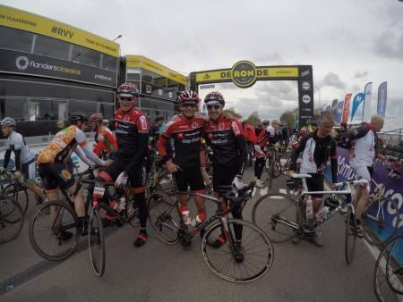 I MÅL: Etter 14 mil fullspekket med brostein og bratte knekkere kjennes det rimelig godt å krysse mållinjen i Flandern rundt. Foto: BICYCLING MAGAZINE.
