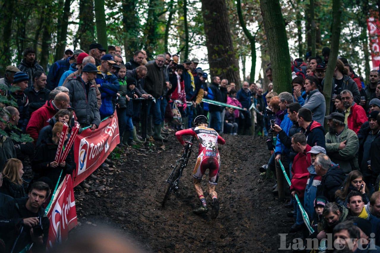 LØPETUR: Michael Vanthourenhout tar bena fatt i i en gjørmebakke i Gavere. Til helgen skal han kjøre VM i Luxemburg.