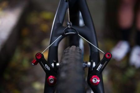 STUTT: De korte bremsearmene til Avid gir god modulasjon og moderat kraft.