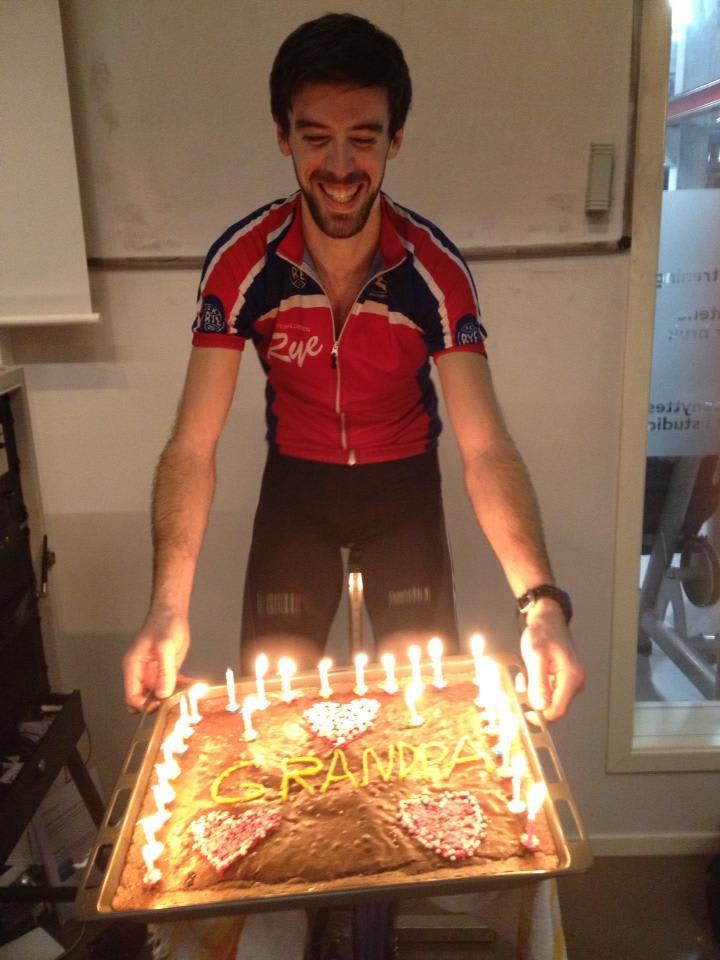 KAKEMONS: Robin er, som bestefedre flest, glad i kake, og særlig på bursdagen! Foto: Privat.