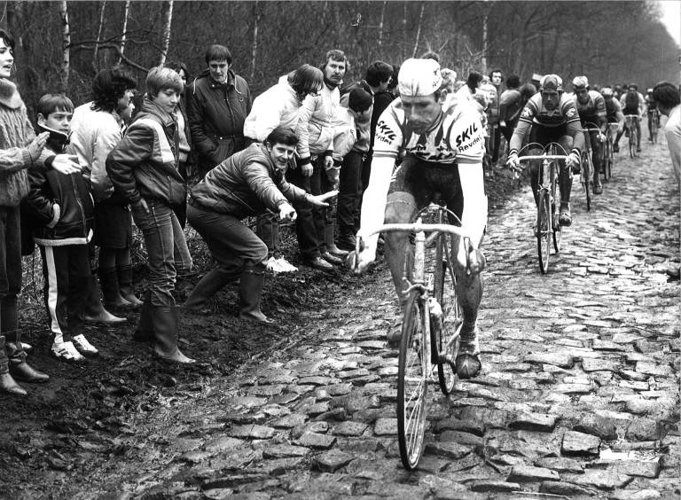 BRUTALT: Sean Kelly på vei gjennom Arenbergskogen i Paris-Roubaix, før gjerder var en god idé. Foto: Cor Vos.