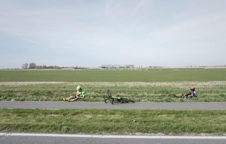 CASUALTIES: Wouter Wippert (t.v.) og Filippo Ganna sitter igjen etter velt i 2017. Foto: Kristoff Ramon