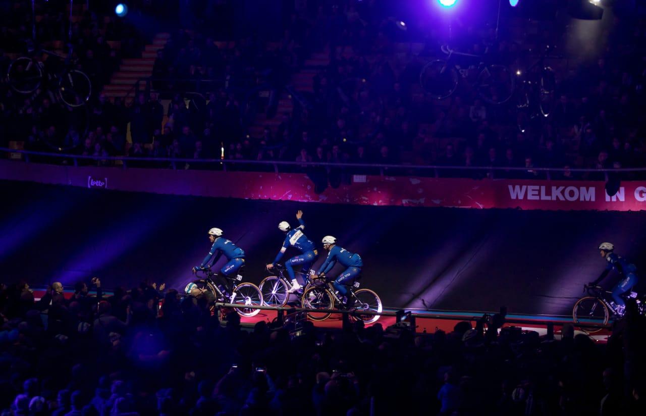 DE KUIPKE: Quickstep Floors på lagpresentasjonen i den legendariske velodromen i Gent. Det er fredagskveld og Openingsweekend 23. februar