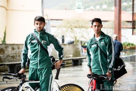 HVOR ER START:? De pakistanske temporytterne utenfor Grieghallen, mens de leter etter et sted å varme opp.